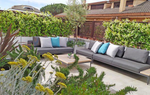 Grande terrazzo dallo stile moderno con vegetazione mediterranea